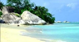 Pantai-Laskar-Pelangi..